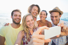groupe d'amis prenant des selfies Photo libre de droits