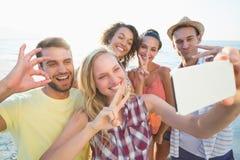 groupe d'amis prenant des selfies Photo stock