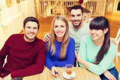 Groupe d'amis prenant la photo avec le bâton de selfie Photographie stock