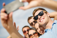 Groupe d'amis prenant la photo avec le smartphone Photographie stock