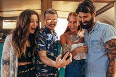 Groupe d'amis prenant la photo de selfie Photographie stock libre de droits