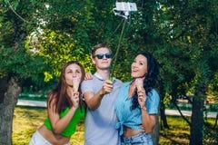 Groupe d'amis prenant la photo eux-mêmes Images libres de droits