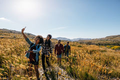 Groupe d'amis prenant la photographie sur la promenade de pays Images libres de droits