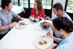Groupe d'amis prenant le déjeuner Images libres de droits