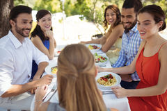 Groupe d'amis prenant le déjeuner Photo libre de droits