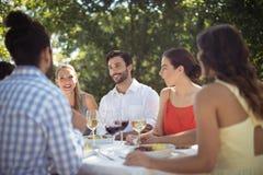 Groupe d'amis prenant le déjeuner Photographie stock