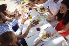 Groupe d'amis prenant le déjeuner Images stock