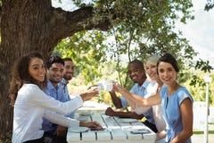 Groupe d'amis prenant le petit déjeuner Images libres de droits