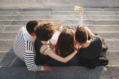 Groupe d'amis prenant le selfie à l'appareil-photo dans la ville Image libre de droits