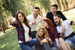 Groupe d'amis prenant le selfie à l'arrière-plan urbain Photos stock