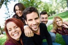 Groupe d'amis prenant le selfie à l'arrière-plan urbain Photo stock