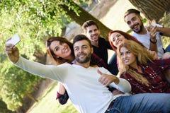 Groupe d'amis prenant le selfie à l'arrière-plan urbain Image libre de droits