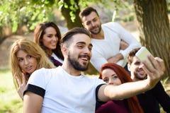 Groupe d'amis prenant le selfie à l'arrière-plan urbain Images stock
