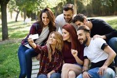 Groupe d'amis prenant le selfie à l'arrière-plan urbain Images libres de droits