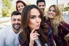 Groupe d'amis prenant le selfie à l'arrière-plan urbain Photo libre de droits
