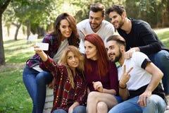 Groupe d'amis prenant le selfie à l'arrière-plan urbain Photographie stock