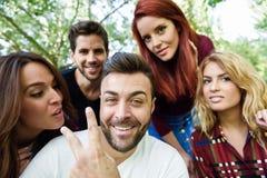 Groupe d'amis prenant le selfie à l'arrière-plan urbain Photos libres de droits