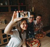Groupe d'amis prenant le selfie à un téléphone intelligent Les jeunes ea Images stock