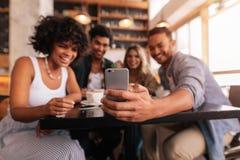 Groupe d'amis prenant le selfie au téléphone portable Photos libres de droits