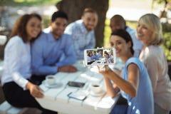 Groupe d'amis prenant le selfie au téléphone portable Photographie stock
