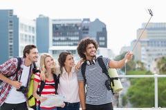 Groupe d'amis prenant le selfie avec le bâton de selfie Photographie stock libre de droits