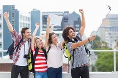 Groupe d'amis prenant le selfie avec le bâton de selfie Image libre de droits