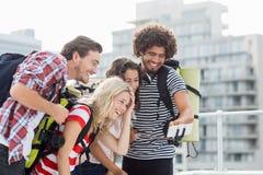 Groupe d'amis prenant le selfie avec le bâton de selfie Photo libre de droits