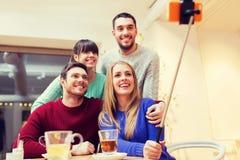 Groupe d'amis prenant le selfie avec le smartphone Photo libre de droits