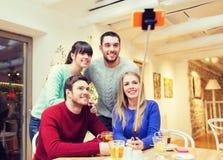 Groupe d'amis prenant le selfie avec le smartphone Image stock