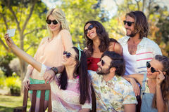Groupe d'amis prenant le selfie avec le téléphone portable Photos stock