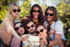 Groupe d'amis prenant le selfie avec le téléphone portable Photo libre de droits
