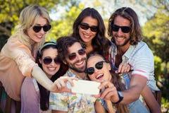 Groupe d'amis prenant le selfie avec le téléphone portable Image libre de droits