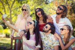 Groupe d'amis prenant le selfie avec le téléphone portable Photo stock