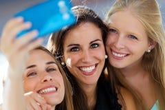 Groupe d'amis prenant le selfie dans la rue Photographie stock libre de droits