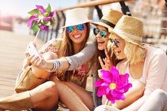 Groupe d'amis prenant le selfie dans la ville Photographie stock libre de droits