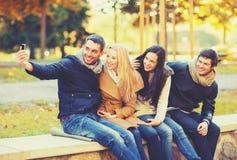 Groupe d'amis prenant le selfie en parc d'automne Images stock