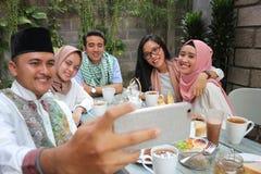 Groupe d'amis prenant le selfie pendant le déjeuner extérieur Images stock