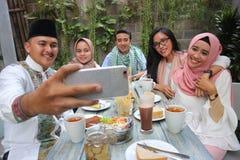 Groupe d'amis prenant le selfie pendant le déjeuner extérieur Photo libre de droits