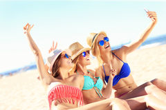 Groupe d'amis prenant le selfie sur la plage Photos stock