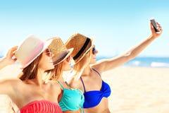 Groupe d'amis prenant le selfie sur la plage Photo stock