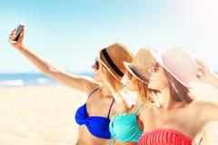 Groupe d'amis prenant le selfie sur la plage Photographie stock libre de droits