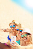 Groupe d'amis prenant le selfie sur la plage Photos libres de droits