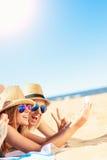 Groupe d'amis prenant le selfie sur la plage Images stock