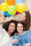 Groupe d'amis prenant un autoportrait Image stock