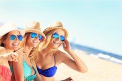 Groupe d'amis prenant un bain de soleil sur la plage Photographie stock