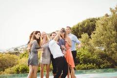 Groupe d'amis prenant un Selfie Image stock