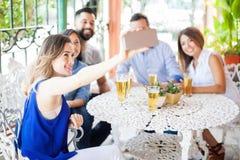 Groupe d'amis prenant un Selfie Images stock
