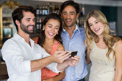 Groupe d'amis prenant un Selfie Photo stock