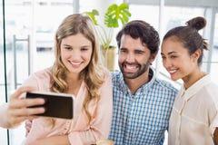 Groupe d'amis prenant un Selfie Image libre de droits