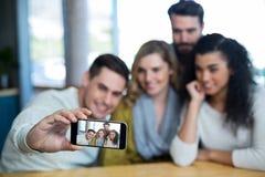Groupe d'amis prenant un Selfie Photo libre de droits